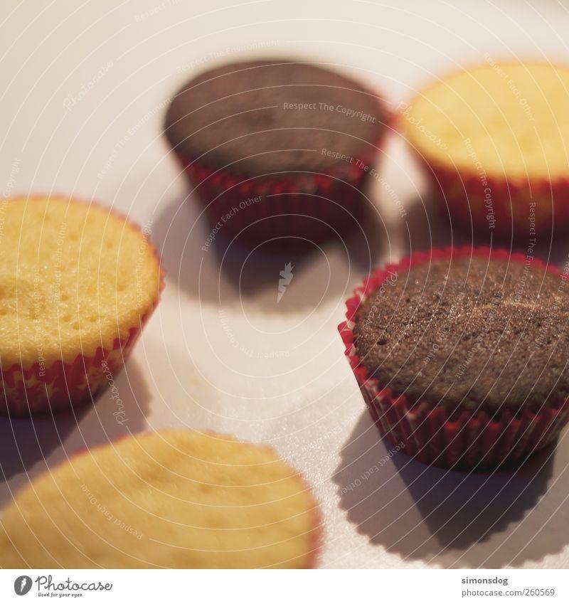 basic muffin Lebensmittel Teigwaren Backwaren Kuchen Dessert Süßwaren Ernährung Kaffeetrinken Fingerfood Duft lecker braun gelb rot Muffin Törtchen luftig