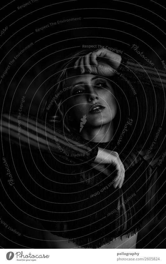 dark Frau Mensch Jugendliche dunkel 18-30 Jahre Erwachsene Traurigkeit feminin Gefühle Zufriedenheit Körper Schutz Schmerz Sorge Scham Erschöpfung