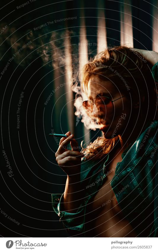 Smoke Frau Mensch Jugendliche schön 18-30 Jahre Lifestyle Erwachsene feminin Stil Feste & Feiern Party Mode Freizeit & Hobby blond stehen Coolness
