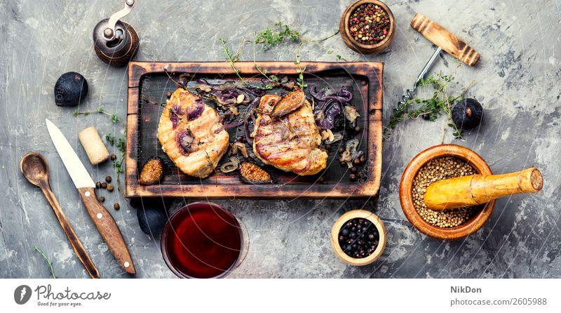 Fleischsteak mit Feigen Steak Lebensmittel Mahlzeit gegrillt Abendessen gebraten rot Barbecue Braten Paprika Grillrost Filet grillen Holzplatte Teller Tisch