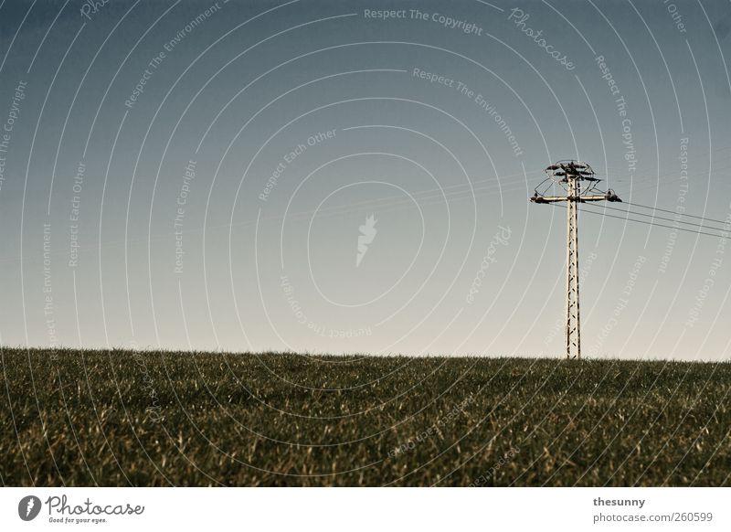 energie Strommast Natur Himmel Gras natürlich blau grün Gedeckte Farben Außenaufnahme Tag
