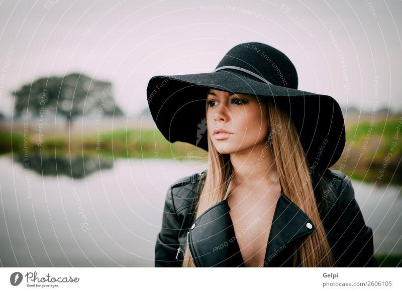 hübsches Mädchen Lifestyle Stil Freude Glück schön Gesicht Mensch Frau Erwachsene Natur Landschaft See Fluss Mode Bekleidung Hut blond Denken Erotik niedlich