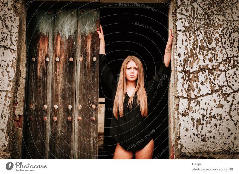 hübsches Mädchen elegant Stil schön Gesicht Haus Mensch Frau Erwachsene Herbst Straße Mode blond Holz alt Traurigkeit Erotik lang niedlich schwarz weiß Bein