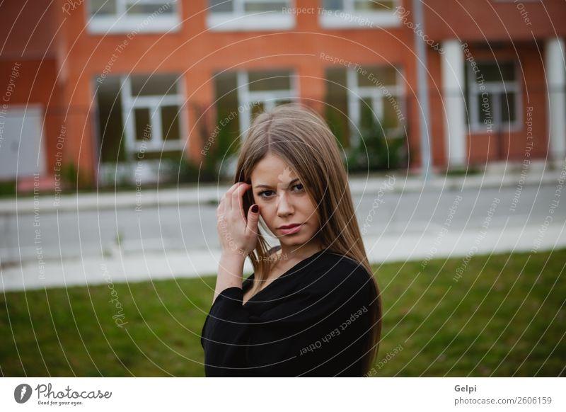 Hübsche brünette Frau Reichtum elegant Stil schön Haare & Frisuren Gesicht Mensch Erwachsene Park Straße Mode blond lang natürlich schwarz weiß Farbe Mädchen