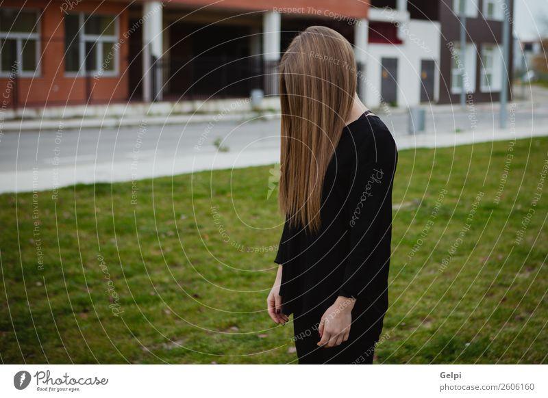 Hübsche brünette Frau Lifestyle Stil Glück schön Haare & Frisuren Gesicht Mensch Erwachsene Natur Wind Gras Park Mode blond Lächeln Erotik niedlich grün weiß