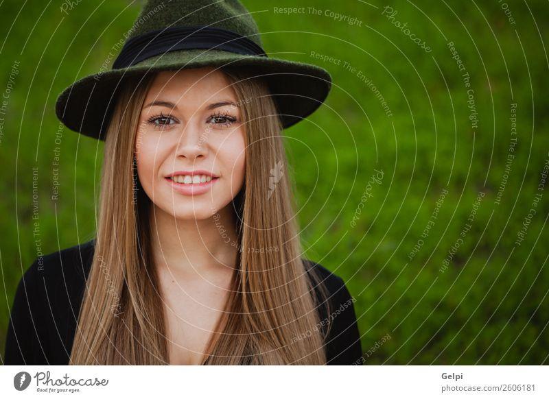 Hübsche brünette Frau Lifestyle Stil Freude Glück schön Gesicht Schminke Mensch Erwachsene Natur Park Straße Mode Bekleidung Hut blond Erotik niedlich retro