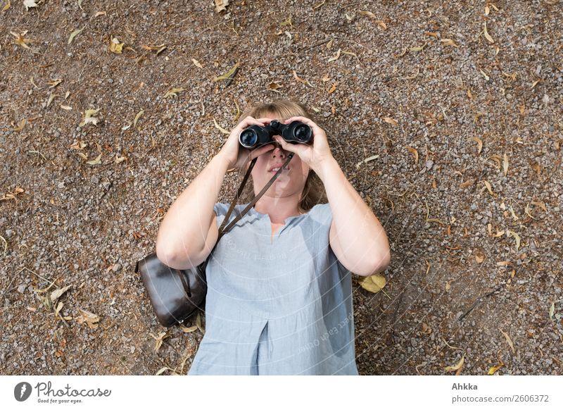 Junge Frau schaut durch ein Fernglas Mensch Jugendliche Schule Arbeit & Erwerbstätigkeit Erde Perspektive Zukunft lernen beobachten Studium Neugier Hoffnung