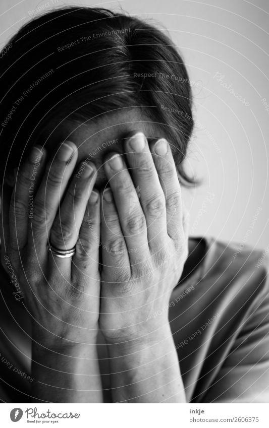 Emotion Frau Erwachsene Gesicht Hand 1 Mensch Traurigkeit weinen authentisch Gefühle Stimmung Sorge Trauer Liebeskummer Einsamkeit schuldig Scham Reue Hemmung