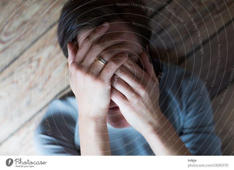 verlassen Frau Mensch Hand Gesicht Lifestyle Erwachsene Leben Traurigkeit Gefühle Stimmung liegen 45-60 Jahre authentisch Trauer Zukunftsangst Stress