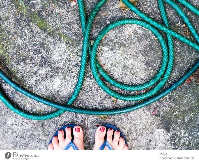 Saisonende Mensch grün Lifestyle Leben feminin Stil Garten Fuß Häusliches Leben Freizeit & Hobby liegen Barfuß unordentlich Flipflops Gartenschlauch Frauenfuß