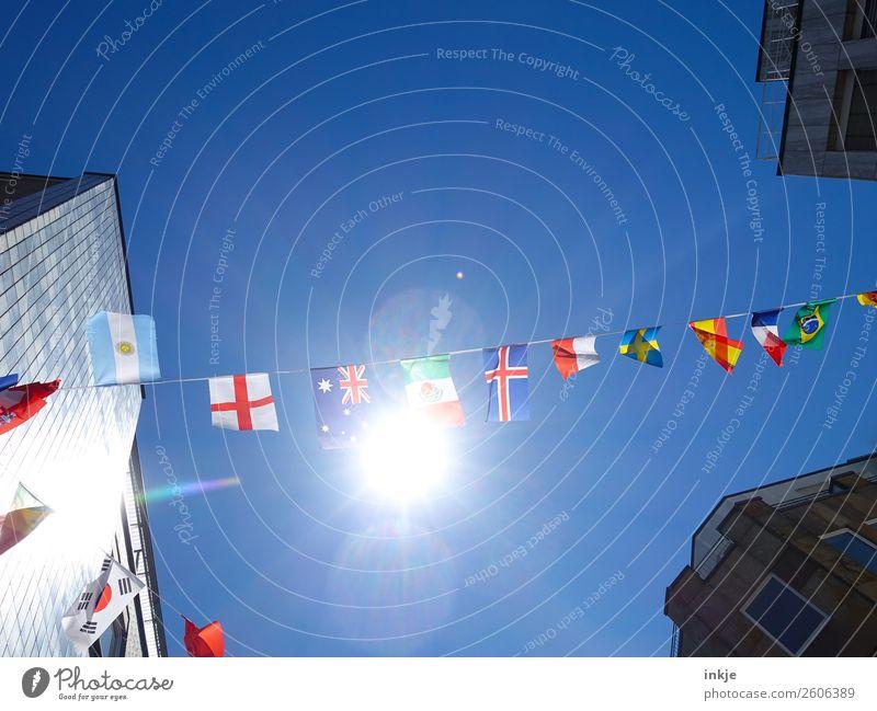 Fähnchen im Wind 2 Himmel Wolkenloser Himmel Sonne Sonnenlicht Schönes Wetter Stadt Menschenleer Haus Hochhaus Dekoration & Verzierung Nationalflagge Fahne