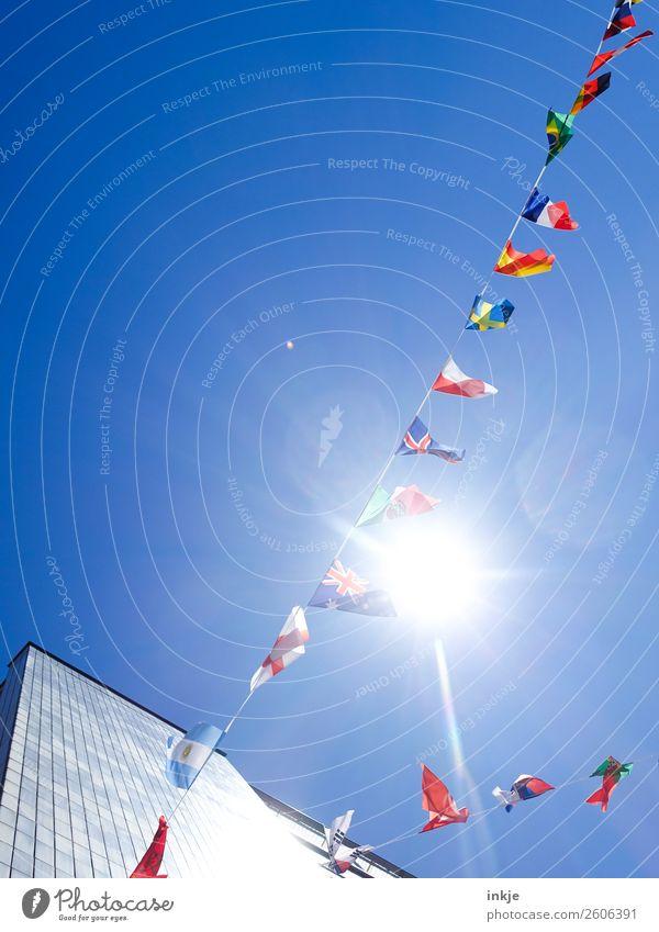Fähnchen im Wind 1 Wolkenloser Himmel Sonnenlicht Schönes Wetter Stadt Menschenleer Hochhaus Dekoration & Verzierung Fahne Girlande Nationalflagge international