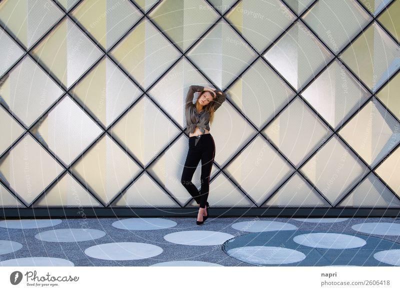 posen Lifestyle Stil feminin Junge Frau Jugendliche Leben 1 Mensch 13-18 Jahre 18-30 Jahre Erwachsene Hemd Jeanshose Damenschuhe blond langhaarig stehen trendy
