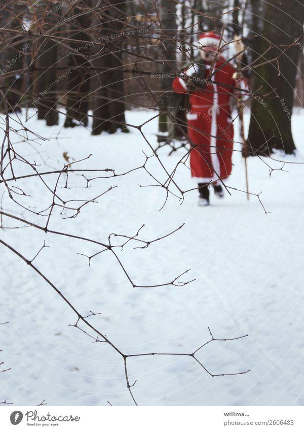 Der Weihnachtsmann im Winterwald Weihnachten & Advent Männlicher Senior Mensch Schnee Wald gehen kommen Vorderansicht Nikolaus Weihnachtsmannmantel Mantel rot