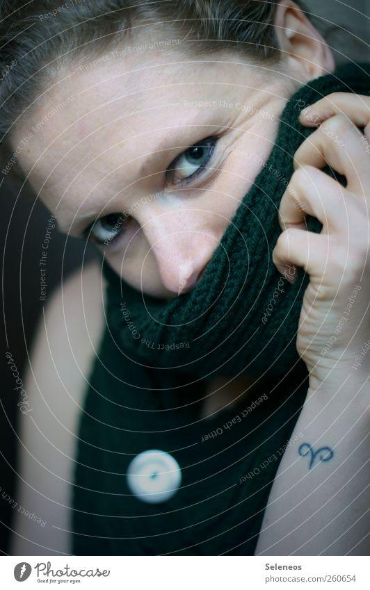 wenns draußen kalt wird Schminke Mensch feminin Frau Erwachsene Haut Kopf Haare & Frisuren Gesicht Auge Ohr Nase Hand Finger 1 Accessoire Schal kuschlig Knöpfe