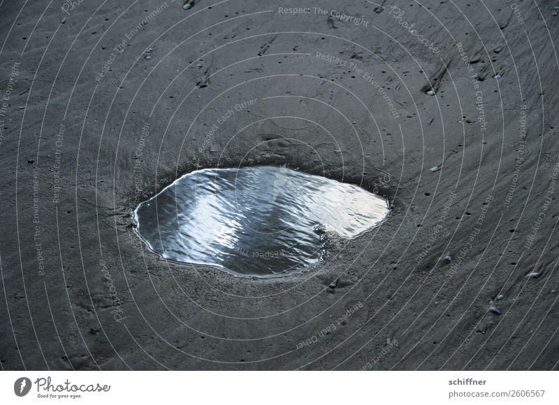 Komplex | Auge des Abgrunds Wasser Sonne Strand dunkel außergewöhnlich Wind geheimnisvoll Spiegel Loch Wasseroberfläche Pfütze Märchen mystisch Spiegelbild