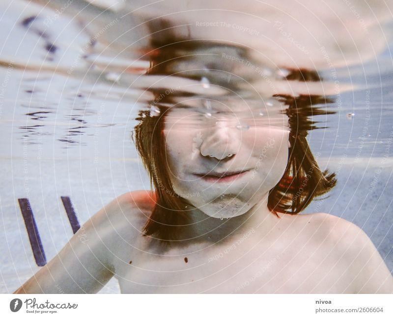 Halbes Unterwasserportrait eines Jungen Kind Mensch Wasser Gesicht natürlich Spielen Haare & Frisuren Schwimmen & Baden Zufriedenheit Freizeit & Hobby maskulin