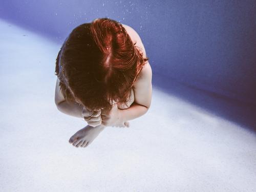 kauernder Junge unterwasser Schwimmbad Schwimmen & Baden Freizeit & Hobby Sport Fitness Sport-Training Wassersport tauchen Mensch maskulin Kind Körper 1