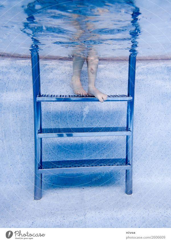 Treppe eines Pools mit Jungenbeinen Kind Mensch blau Wasser Freude Beine Sport Schwimmen & Baden Stimmung Ausflug Freizeit & Hobby springen Angst maskulin