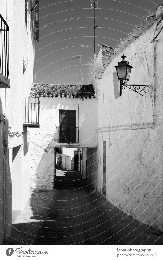 Pueblo blanco [XII] alt weiß Ferien & Urlaub & Reisen Haus Wand Architektur Wege & Pfade Mauer Gebäude Fassade Tourismus Dorf Balkon Spanien Sommerurlaub Gasse