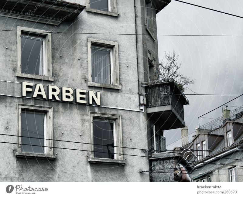 Farben braucht das Land Stadt Haus Bauwerk Gebäude Mauer Wand Fassade Balkon Fenster Dach Dachrinne Schornstein Stein Zeichen Schriftzeichen dunkel grau trist