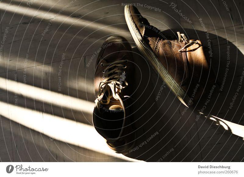 Streitpunkt: Flurordnung Leder Schuhe braun schwarz weiß Schuhbänder alt Lichteinfall liegen Schuhpaar Lederschuhe Farbfoto Innenaufnahme Tag Schatten Kontrast