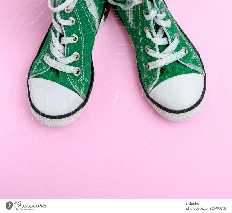 grüne Kinderschuhe Lifestyle Stil Design Sport Joggen Mode Bekleidung Schuhe Turnschuh Rost alt Fitness dreckig trendy modern retro rosa weiß Hintergrund