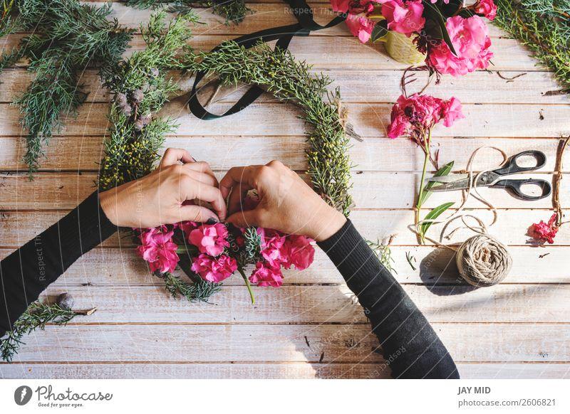 Florist bei der Arbeit: Erstellen eines Holzkranzes mit Blumen Dekoration & Verzierung Erntedankfest Weihnachten & Advent Silvester u. Neujahr