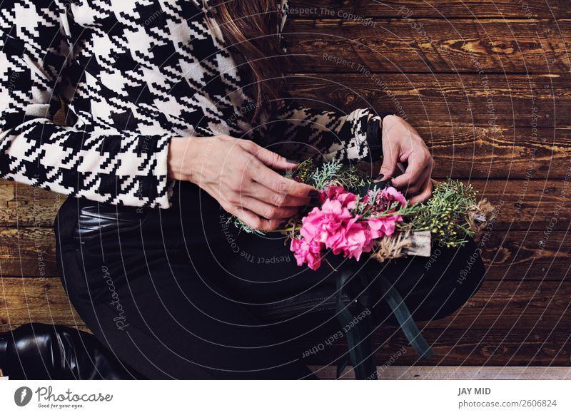 Frau wickelt Weihnachtskranz mit natürlichen Blumen ein. schön Freizeit & Hobby Winter Dekoration & Verzierung Raum Feste & Feiern Valentinstag Muttertag