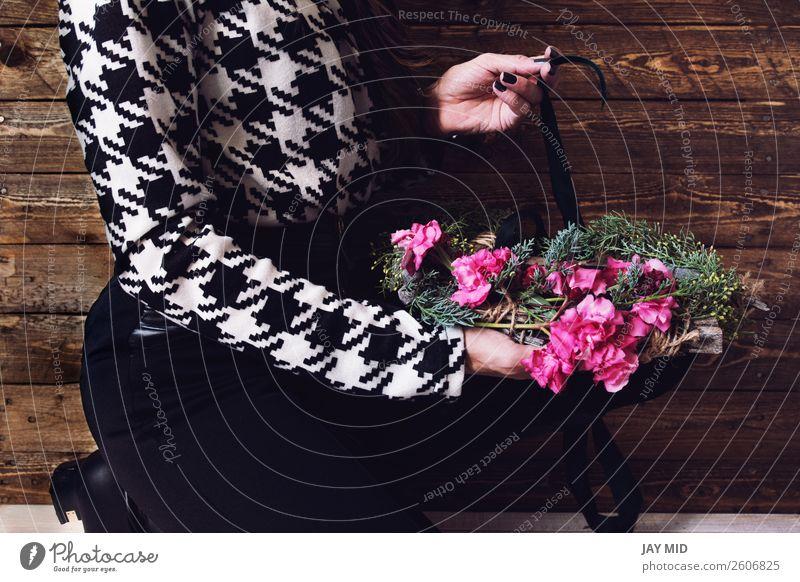 Frau wickelt Weihnachtskranz mit natürlichen Blumen ein. schön Freizeit & Hobby Winter Dekoration & Verzierung Feste & Feiern Ostern Erntedankfest