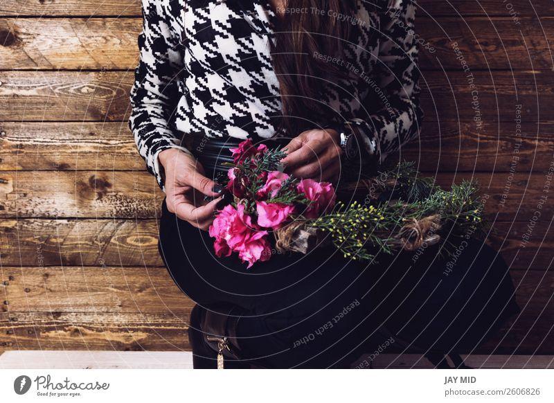 Frau wickelt Weihnachtskranz mit natürlichen Blumen ein. schön Freizeit & Hobby Winter Dekoration & Verzierung Feste & Feiern Valentinstag Muttertag Ostern