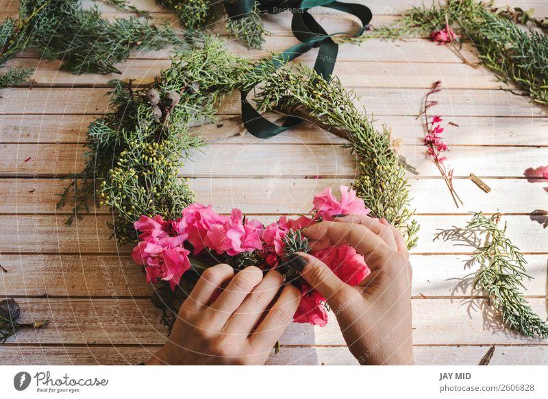 Erstellen eines Holzkranzes mit Zweigen aus Kiefer und rosa Blumen Dekoration & Verzierung Erntedankfest Weihnachten & Advent Silvester u. Neujahr