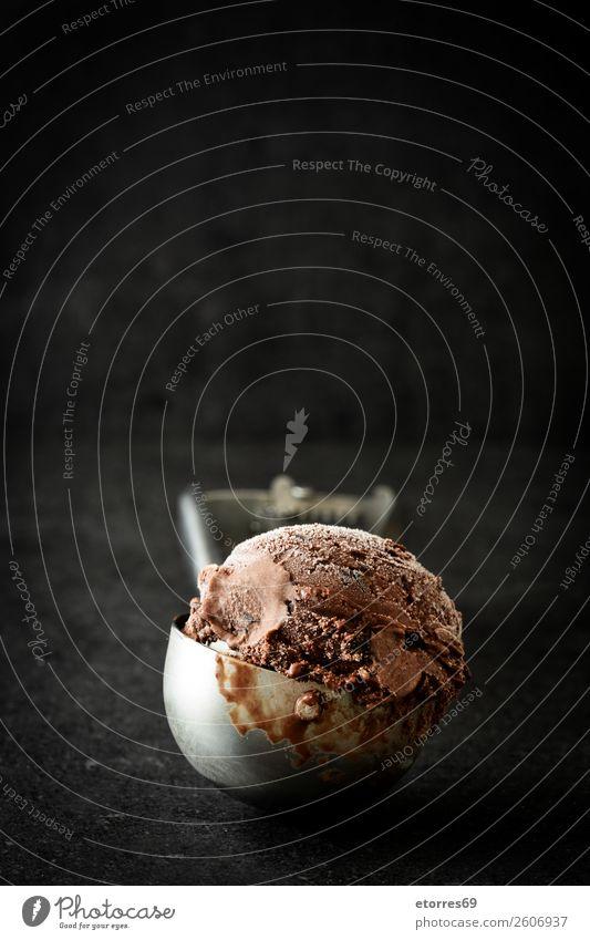 Schokoladeneis auf schwarzem Steingrund Speiseeis süß Bonbon Sommer Sahne Baggerlöffel Hintergrund Dessert gefroren reich kalt Kalorienreich braun Konfekt