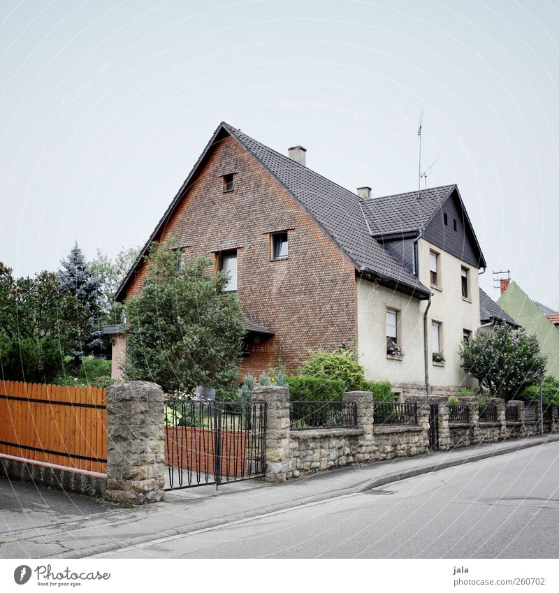 living in kungelstan Himmel Pflanze Baum Sträucher Garten Haus Einfamilienhaus Bauwerk Gebäude Architektur Straße Wege & Pfade Stadt Farbfoto Außenaufnahme