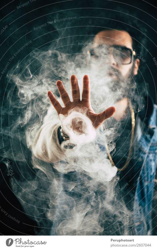 Vaping Mann mit einem Mod. Ein Mann startet einen Rauchring. Lifestyle Gesicht Mensch Erwachsene Wolken Mode Bekleidung Ring Sonnenbrille Vollbart Coolness
