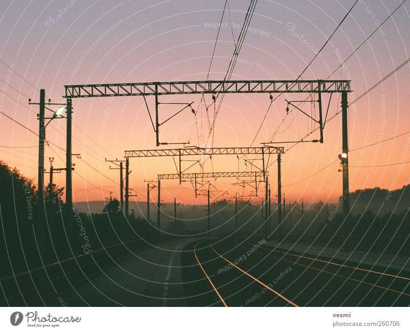 Eisenbahnstrecke dunkel Wärme Energiewirtschaft Energie Verkehr Eisenbahn Elektrizität Perspektive Technik & Technologie Gleise Verkehrswege Strommast Wolkenloser Himmel Bahn Straßenbahn Bahnsteig
