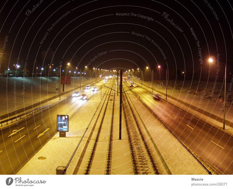 Straßen-Bahn dunkel Schnee PKW Verkehr Eisenbahn Werbung