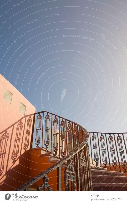 nach ganz oben Himmel blau Haus Wand Mauer Fassade Treppe Schönes Wetter Treppengeländer aufwärts Wolkenloser Himmel Traumhaus