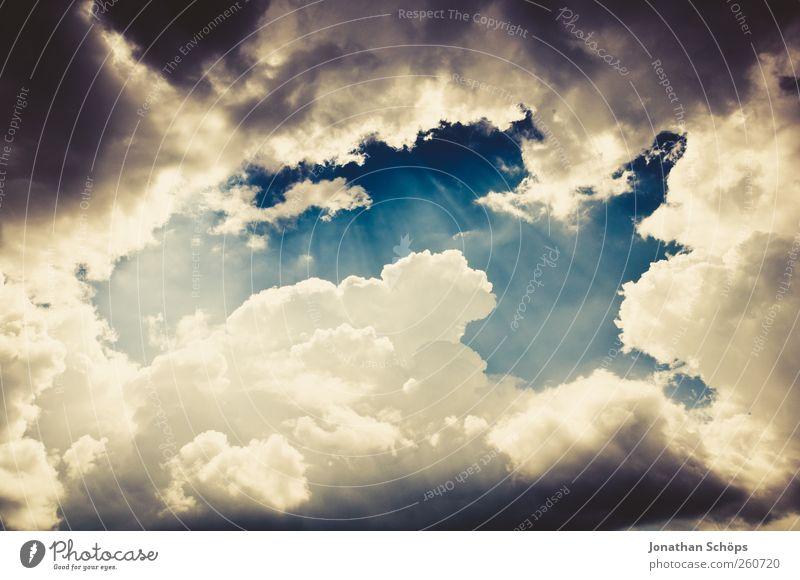Wolkenfenster nur Himmel Sommer Klima Klimawandel Wetter ästhetisch außergewöhnlich blau gelb weiß Gefühle Erde Wolkenhimmel Wolkenformation Wolkenbild