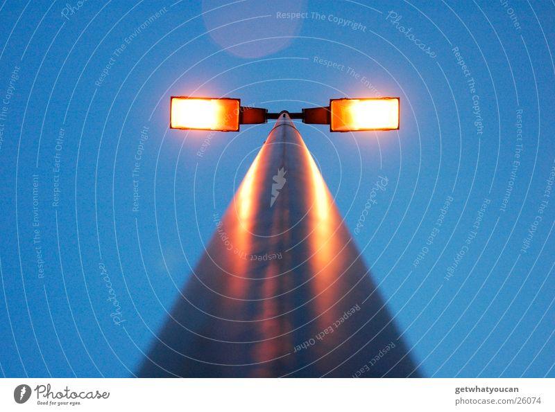 Licht am Stiel Himmel blau gelb Straße Lampe dunkel Herbst grau hell Technik & Technologie Laterne Strommast Parkplatz Elektrisches Gerät