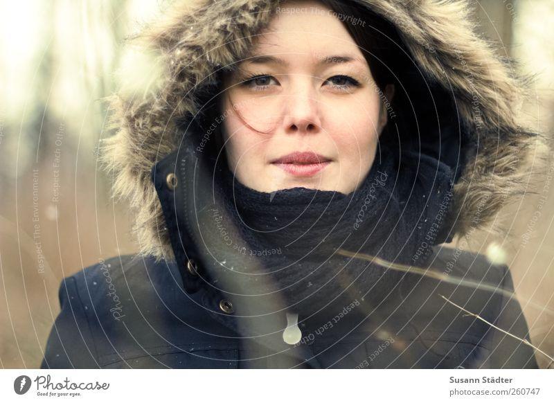 el sue feminin Frau Erwachsene Kopf 1 Mensch Jacke Mantel Pelzmantel Schal Mütze schwarzhaarig brünett Schneewittchen Unschärfe Winter Sträucher Haarsträhne