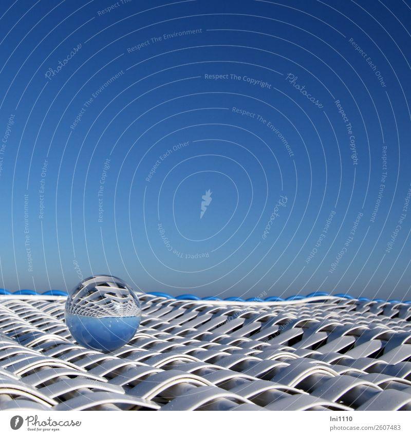 Kugel auf Strandkorb Freizeit & Hobby Ferien & Urlaub & Reisen Meer Insel Glaskugel Kunststoff blau schwarz weiß Licht Reflexion & Spiegelung himmelblau