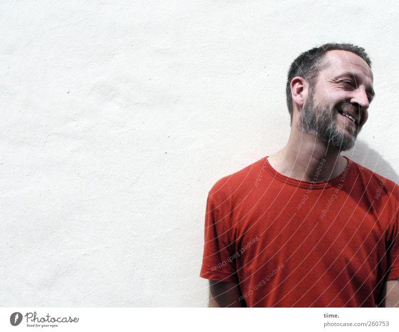 H08 – Still One Of Us Mensch Mann weiß rot Erwachsene Wand Mauer maskulin T-Shirt Lächeln Bart 30-45 Jahre Ausgelassenheit Barthaare Kurzhaarschnitt