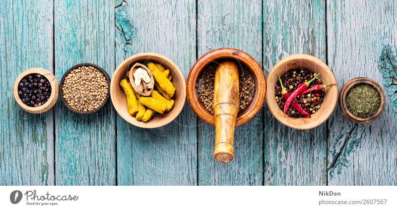 Vielfalt von Gewürzen auf dem Küchentisch Kraut Lebensmittel Paprika Essen zubereiten Peperoni Pulver Curry trocknen Inder Kurkuma Zimt organisch farbenfroh