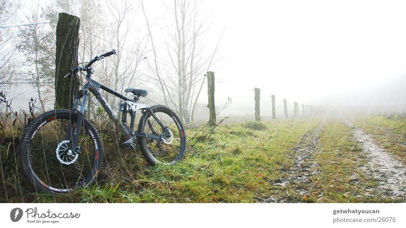 Waschküche Natur schwarz Wiese kalt Berge u. Gebirge Herbst Wege & Pfade Fahrrad Nebel Technik & Technologie Zaun Schlamm Extremsport