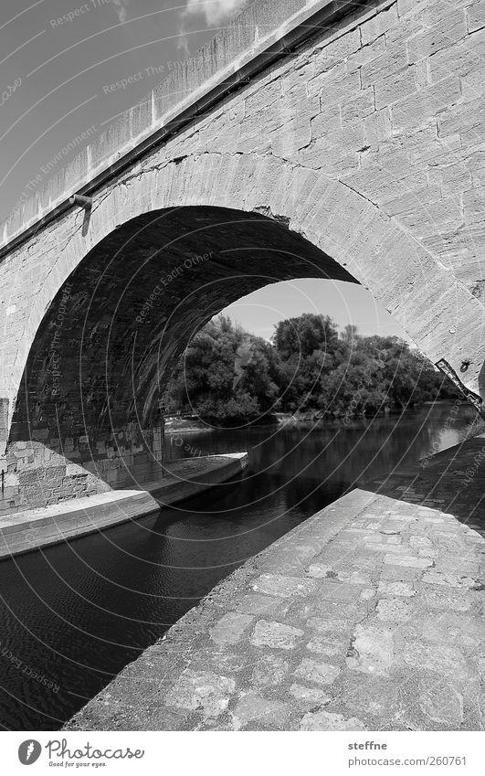 Schwarz-Weiß-Kanal bei Adobe Bridge Schönes Wetter Fluss Donau Regensburg Altstadt Sehenswürdigkeit Wege & Pfade Brücke Stein stark robust wehrhaft Bogen