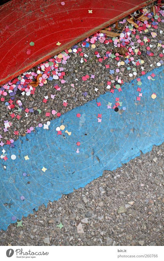 750 *Konfetti* blau rot Freude Straße Holz Wege & Pfade Linie Feste & Feiern dreckig liegen Fröhlichkeit Papier Streifen rund Stadtleben Kultur