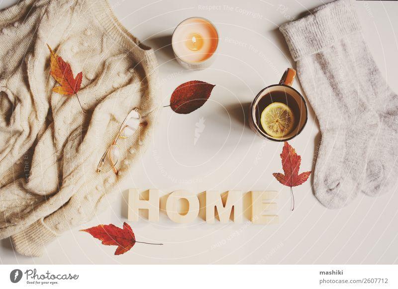 Herbst oder Winter feminine Flachlegung Lifestyle Stil Tisch Frau Erwachsene Blatt Mode Bekleidung Pullover Kerze trendy weiß Geborgenheit fallen gemütlich