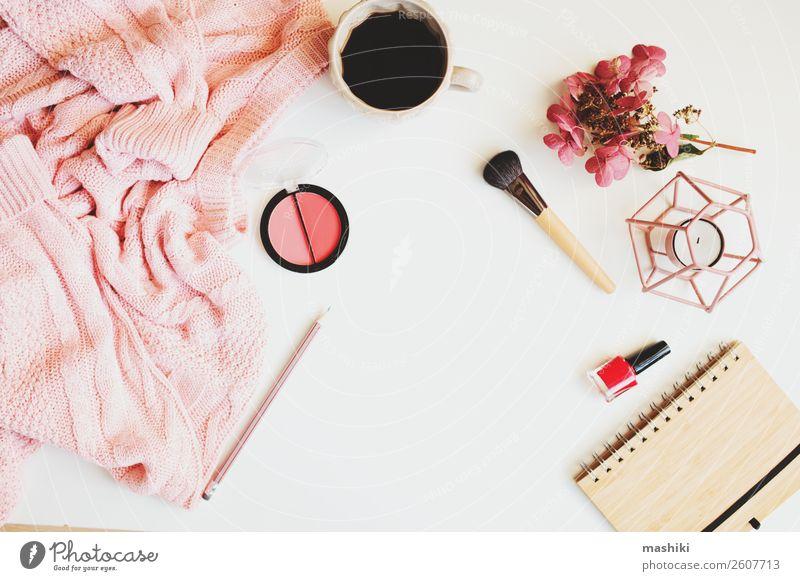 weibliche Wintertische, Damenmode, Kleidung und Make-up Kaffee Lifestyle kaufen Stil Kosmetik Schminke Tisch feminin Frau Erwachsene Herbst Mode Bekleidung