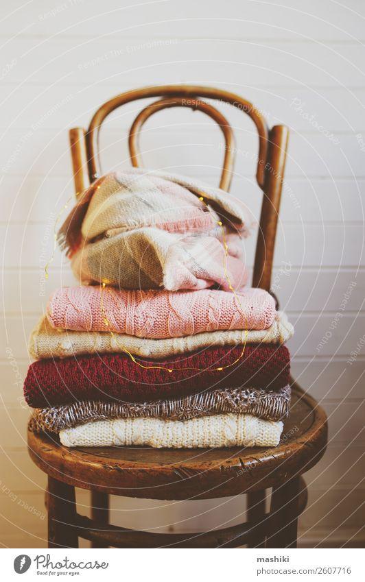 warme Strickpullover legen auf Holzstuhl. Lifestyle Stil Design stricken Winter Stuhl Herbst Wärme Mode Bekleidung Pullover Stoff weich weiß bequem Farbe